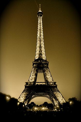 Wieża Eiffla w nocy