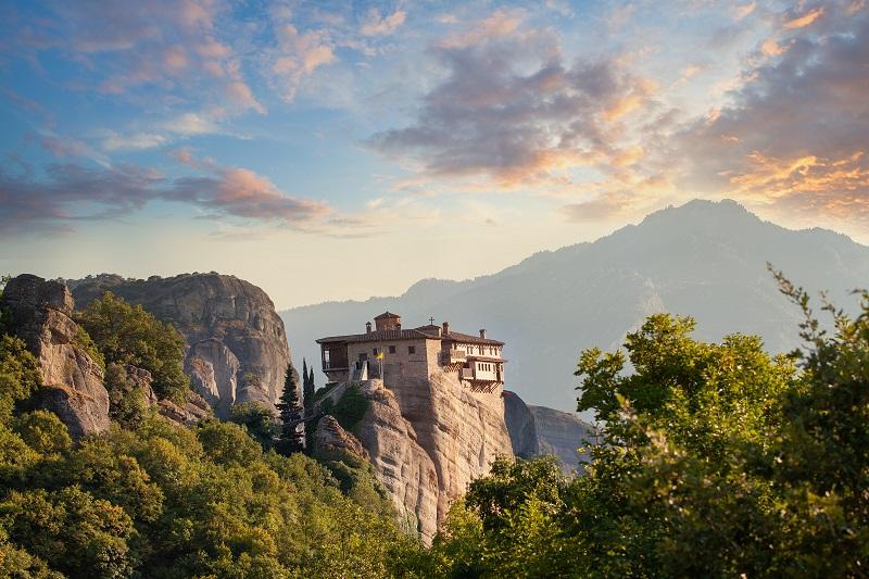 zdjęcie klasztoru położonego na stromej skale